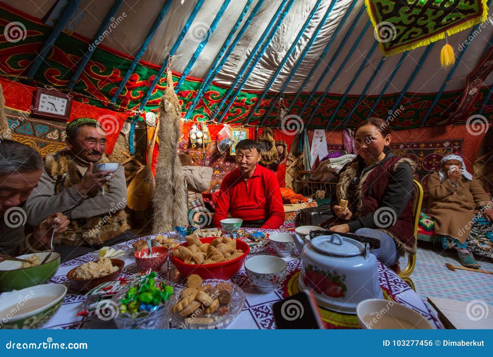 Famille de Kazakhs des chasseurs avec chasser l intérieur d aigles d or leur le Yurts mongol Dans Bayan-Olgii la province est peu