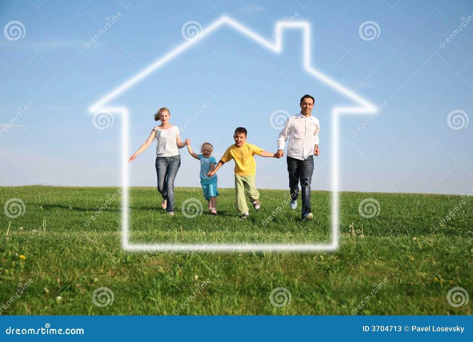 Famille de quatre dans la maison rêveuse