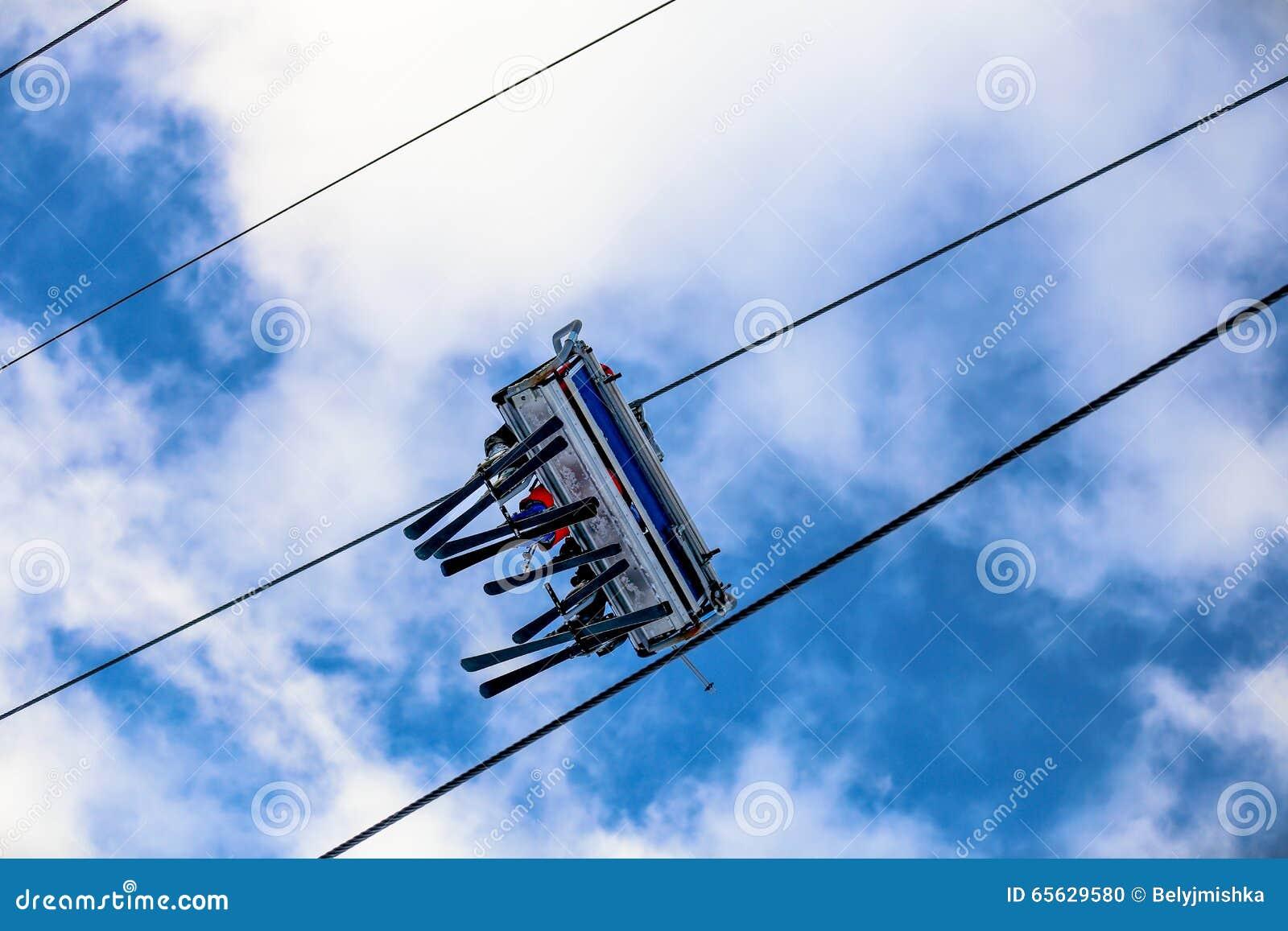 Famille de ski de vue inférieure sur l ascenseur de chaise