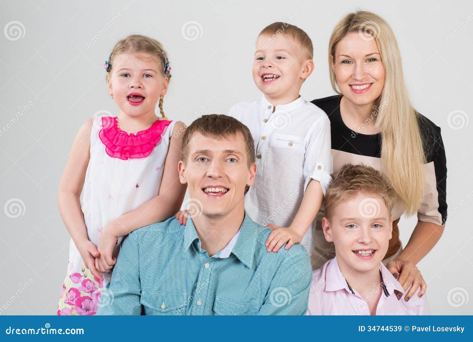 Famille de sourire heureuse de cinq personnes