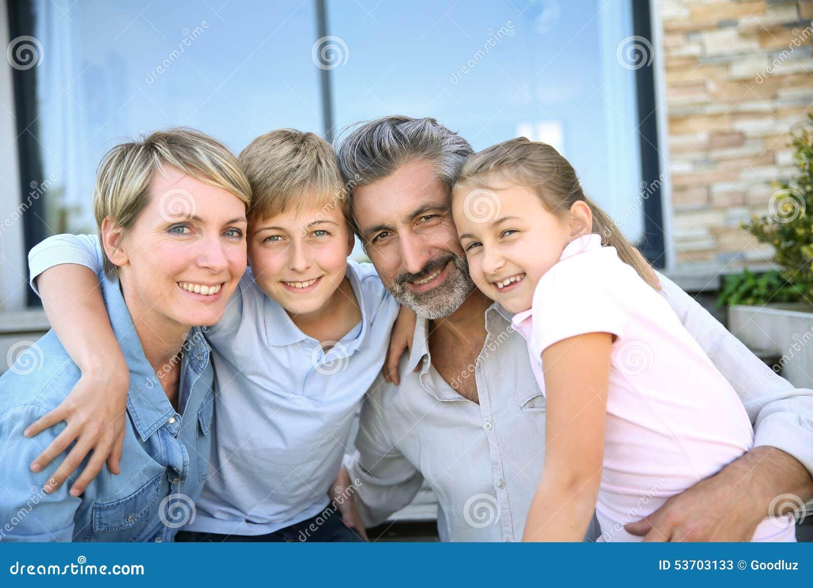 famille de sourire heureuse devant leur nouvelle maison image stock image du jour patrimoine. Black Bedroom Furniture Sets. Home Design Ideas