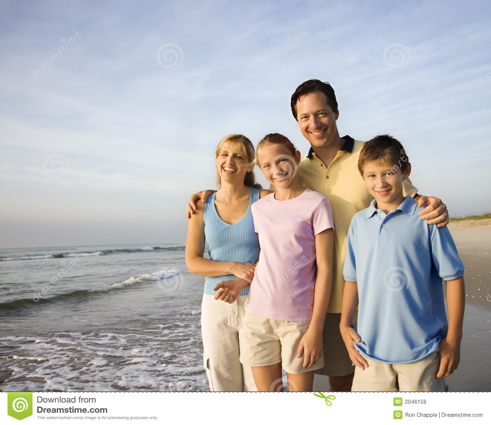Famille de sourire sur la plage.