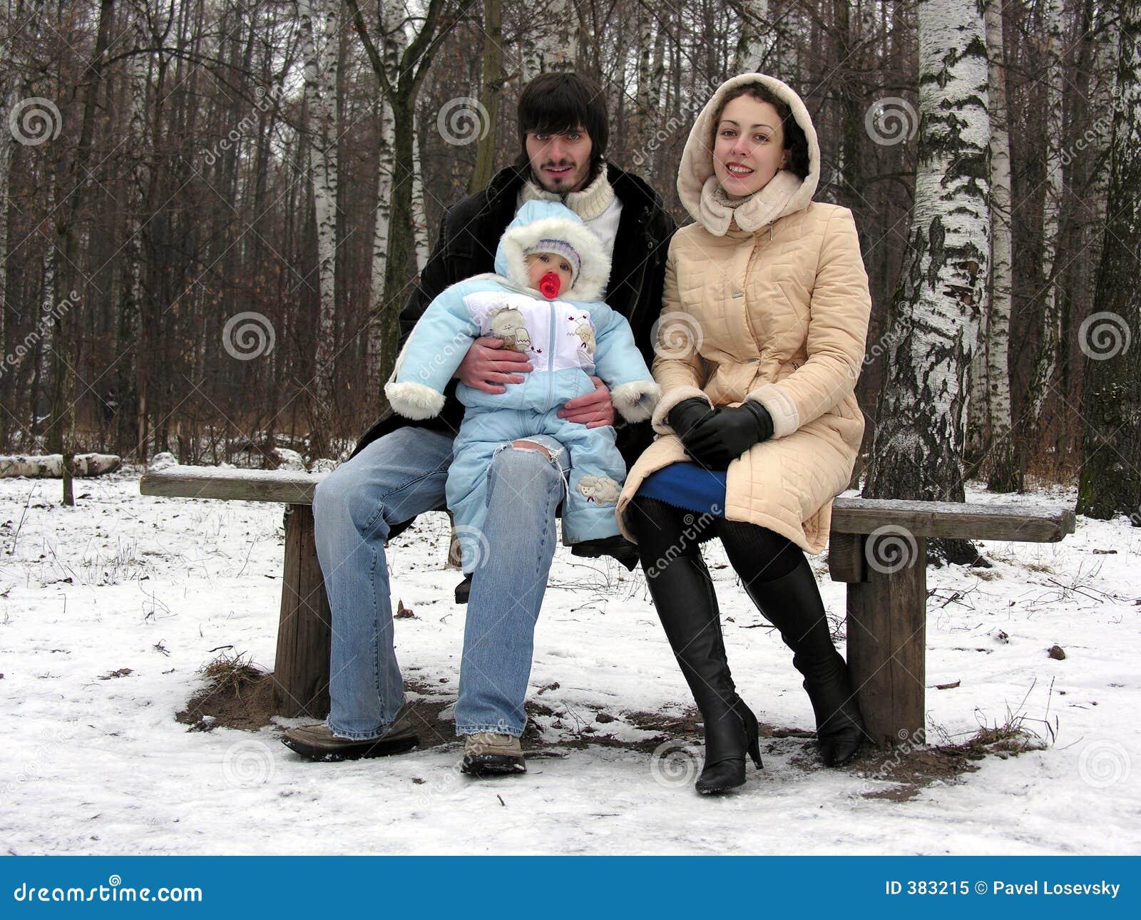 Famille de trois en hiver