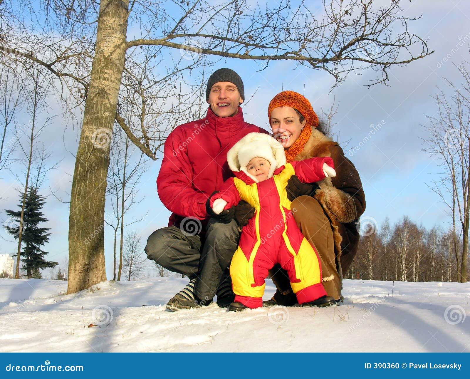 Famille de trois. l hiver. le soleil.