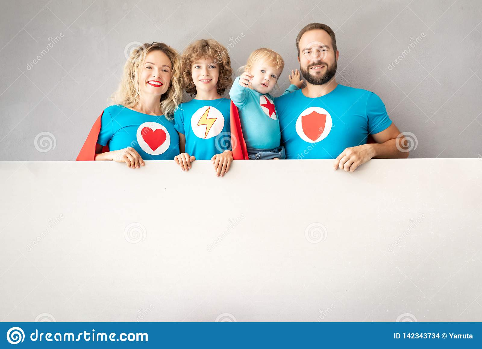 Famille des super héros jouant à la maison