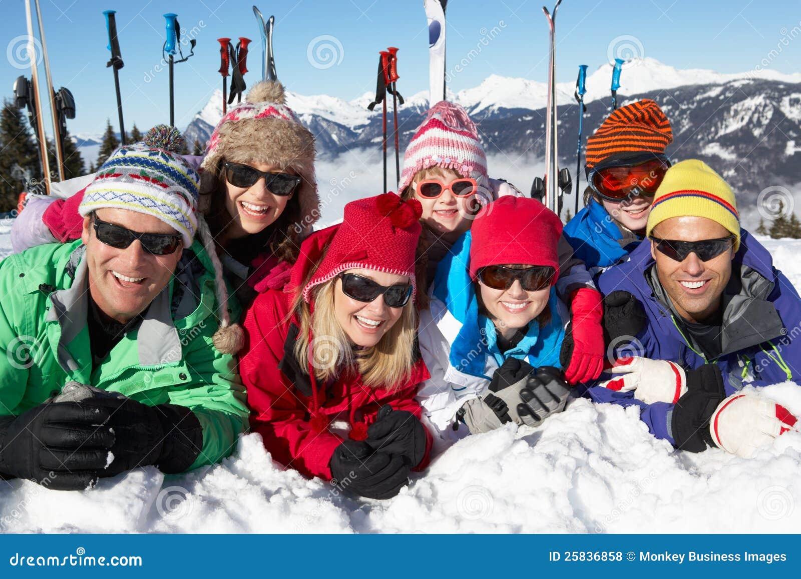 Famille deux ayant l amusement des vacances de ski en montagnes