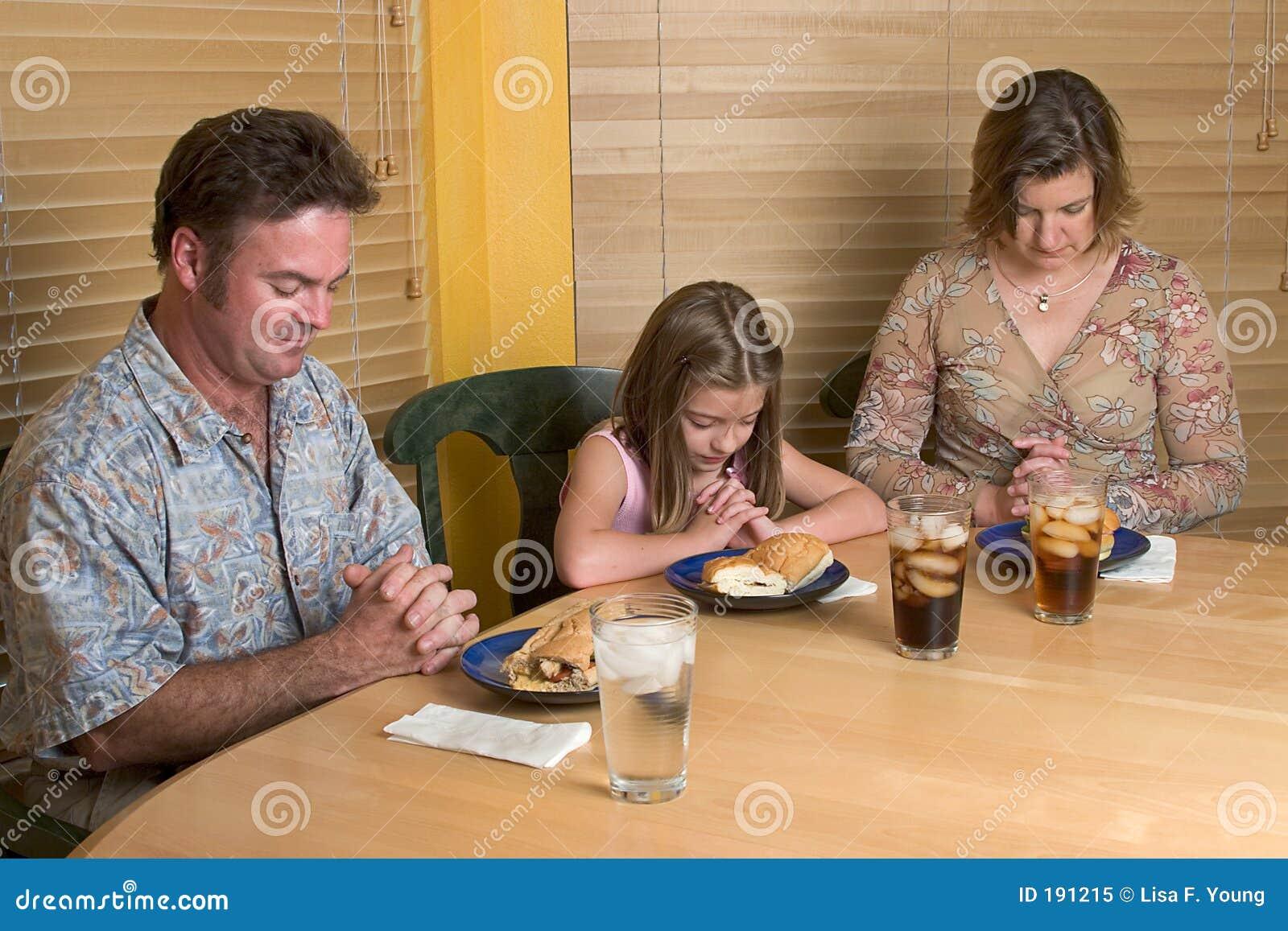 Famille disant la grace 1