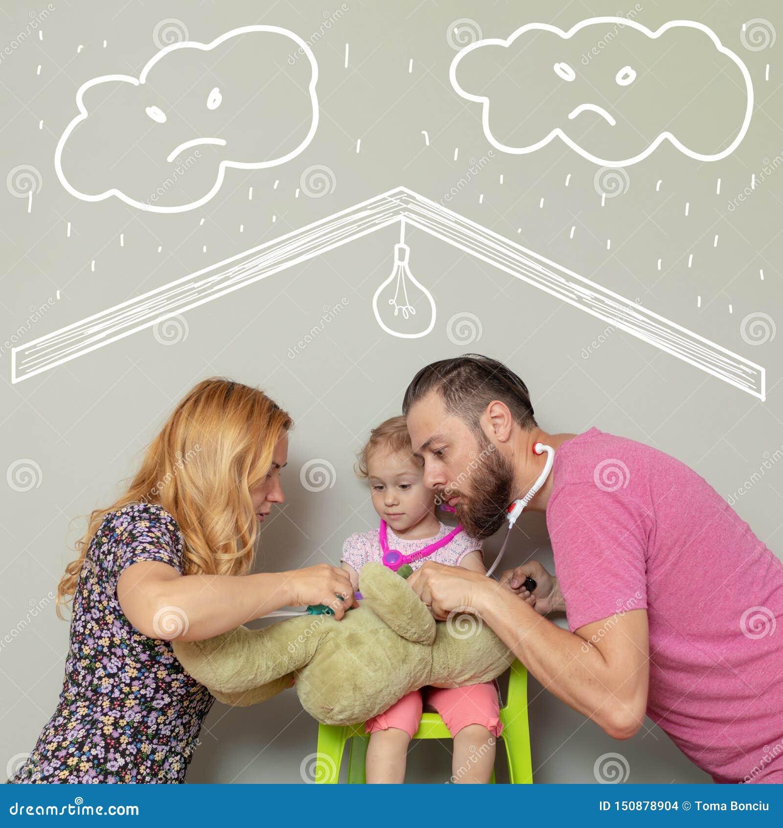 Famille du docteur trois de jeu avec l ours de jouet Protection de l amour ceux par l assurance-maladie ou le concept à la maison