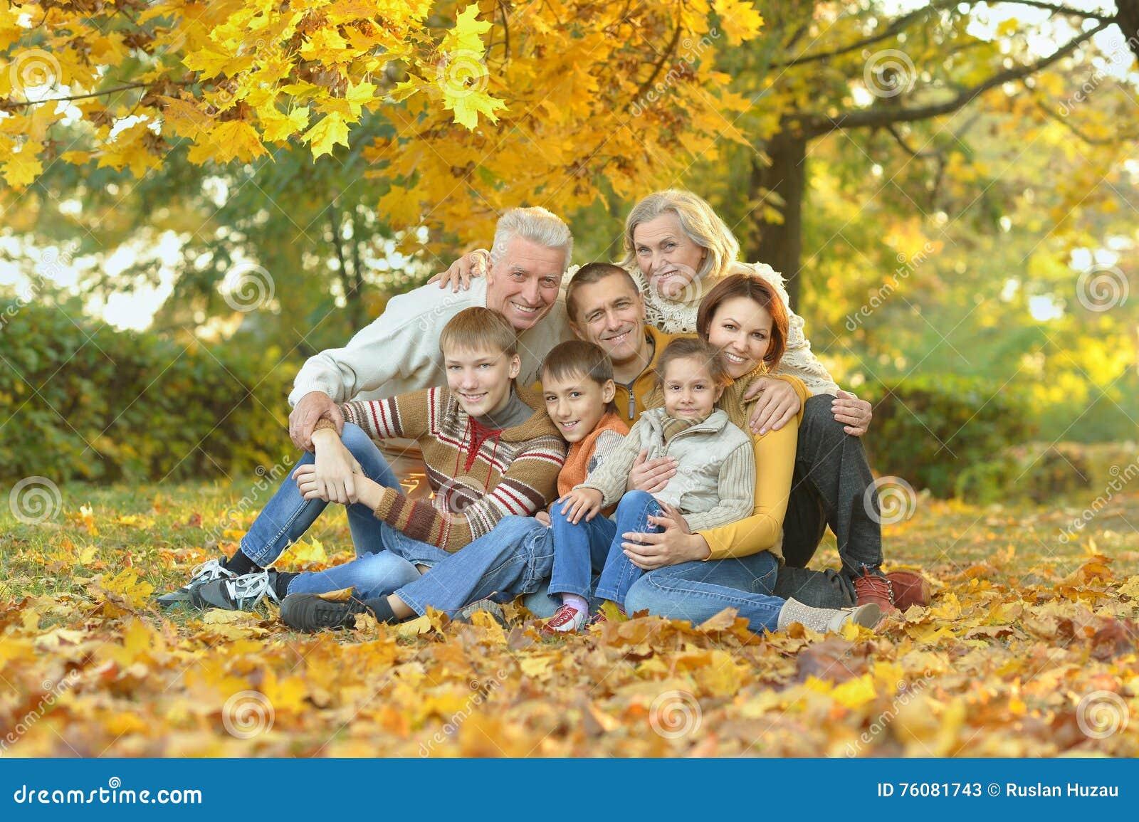 Famille en stationnement d automne