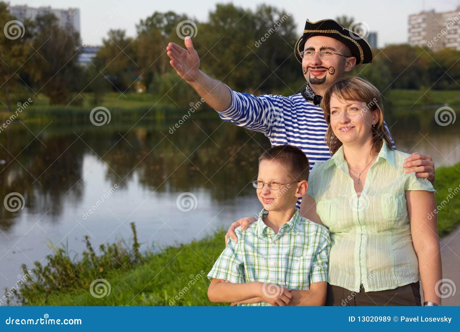 Famille en stationnement près d étang : homme dans le procès de pirat
