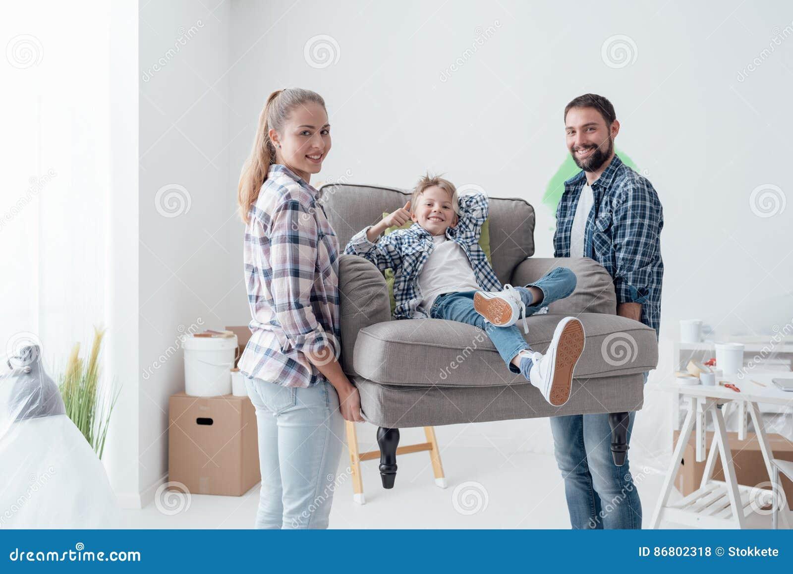 famille entrant dans une maison neuve photo stock image du mari r adressage 86802318. Black Bedroom Furniture Sets. Home Design Ideas