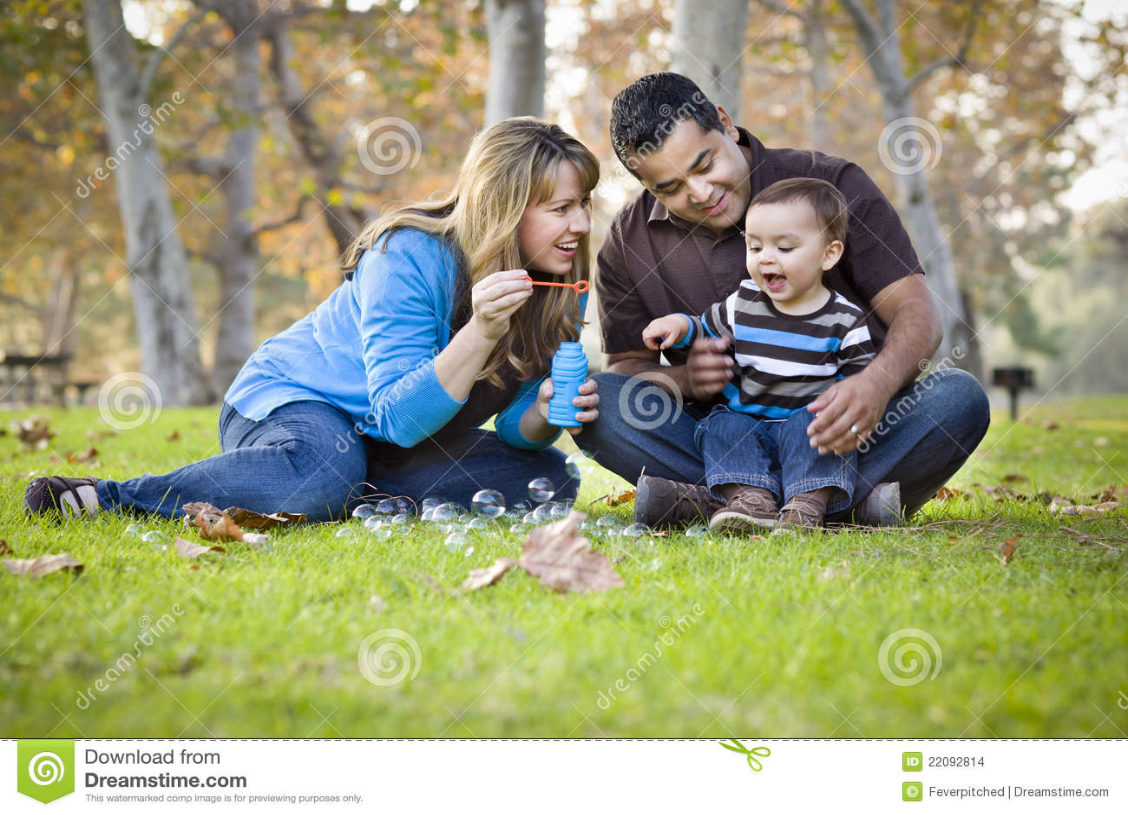 Famille ethnique de chemin mélangé jouant avec des bulles