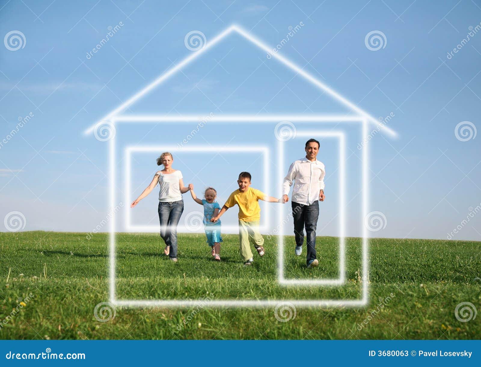 Famille exécutant à la maison rêveuse