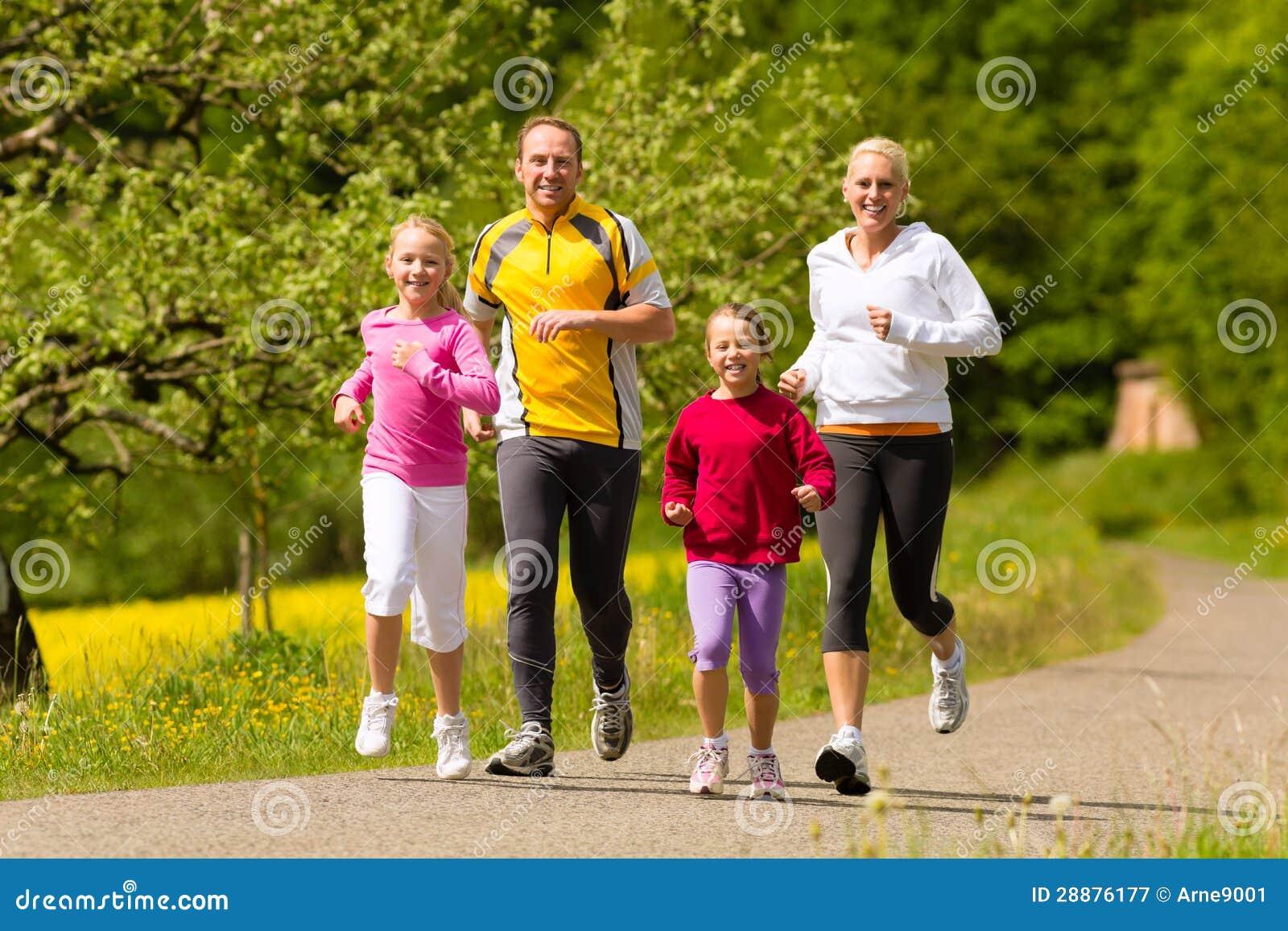 Famille exécutant dans le pré pour le sport