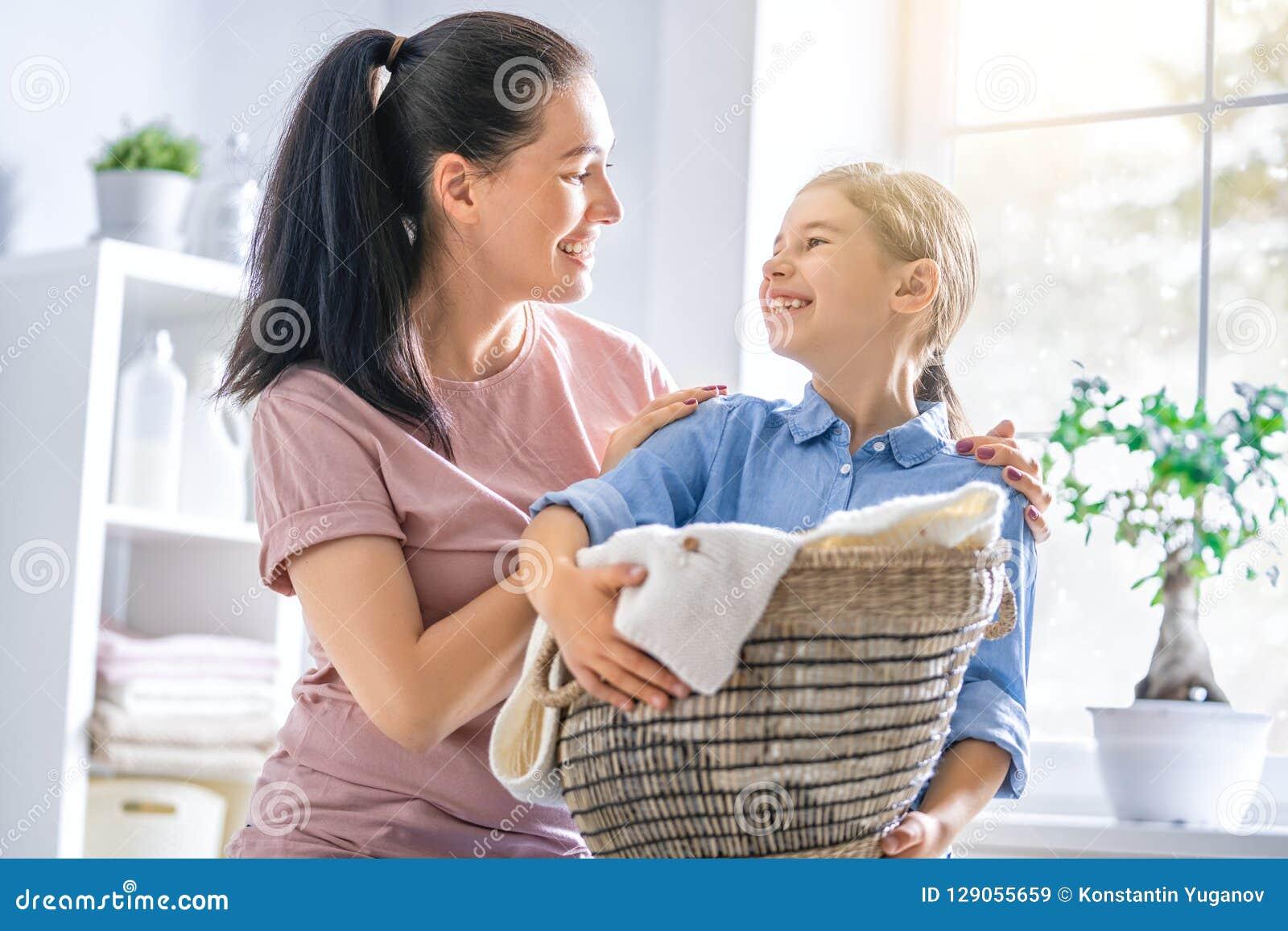 Famille faisant la blanchisserie à la maison