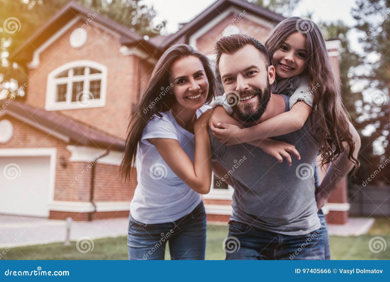 Famille heureuse à l extérieur