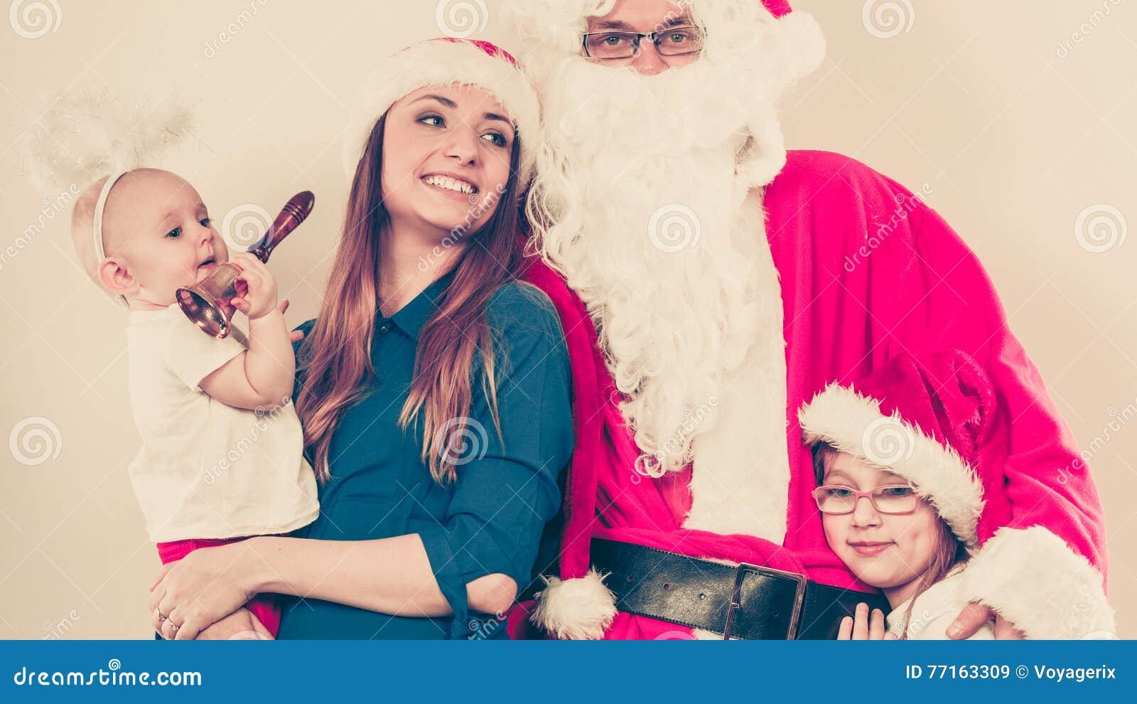 Famille heureuse ainsi que Santa Claus