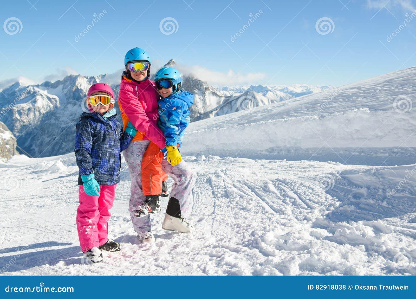 Famille heureuse appréciant des vacances d hiver en montagnes