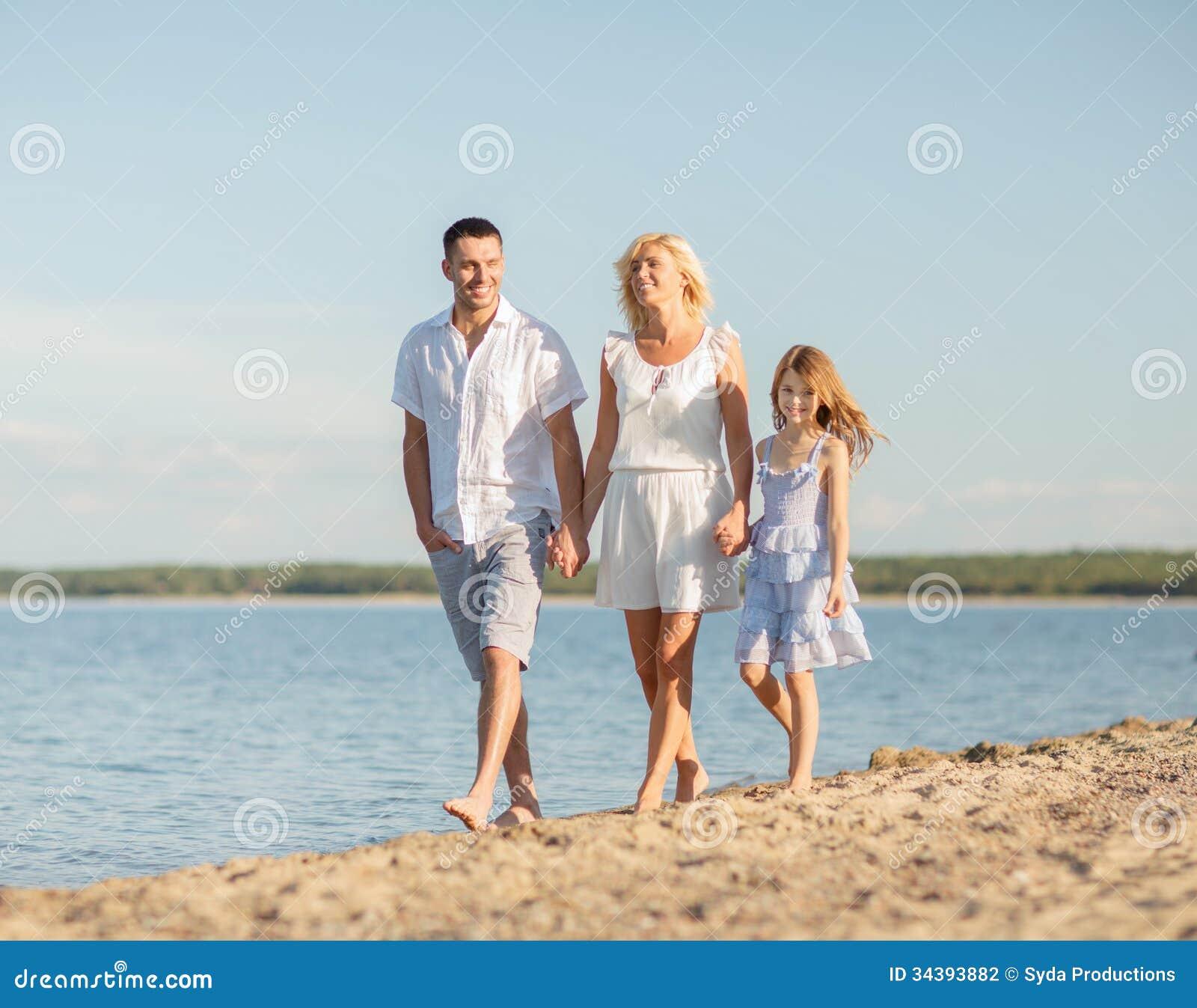 Famille Heureuse Au Bord De La Mer Photographie Stock