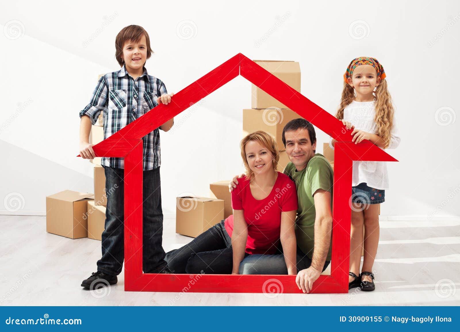 famille heureuse avec des enfants entrant dans leur nouvelle maison image stock image 30909155. Black Bedroom Furniture Sets. Home Design Ideas