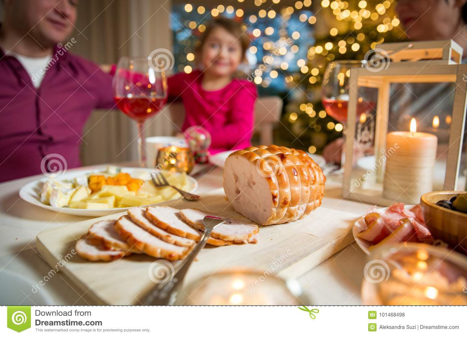 Famille heureuse célébrant Noël