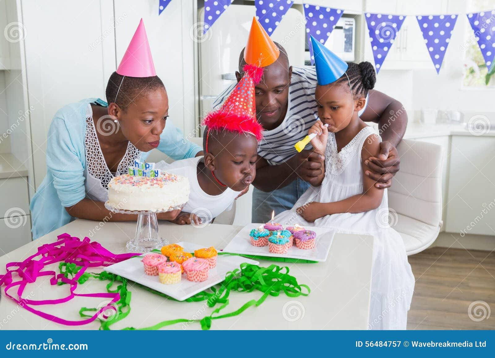 Famille heureuse célébrant un anniversaire ensemble