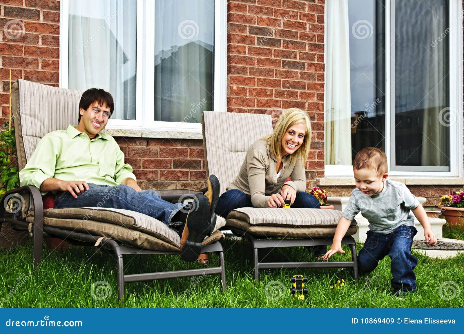 Famille heureuse détendant à la maison