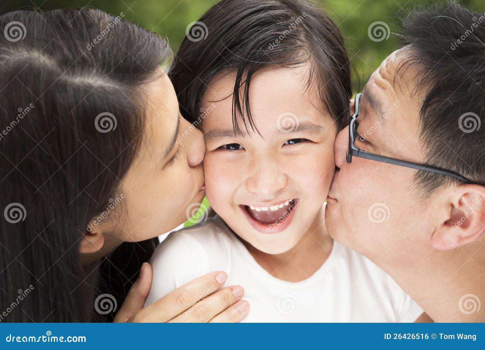 Famille heureuse d asain