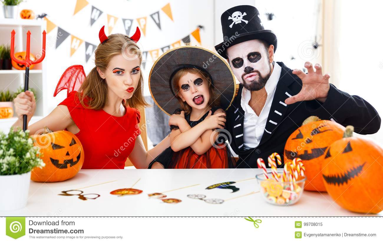 famille heureuse dans des costumes tant pr ts pour halloween la maison image stock image du. Black Bedroom Furniture Sets. Home Design Ideas
