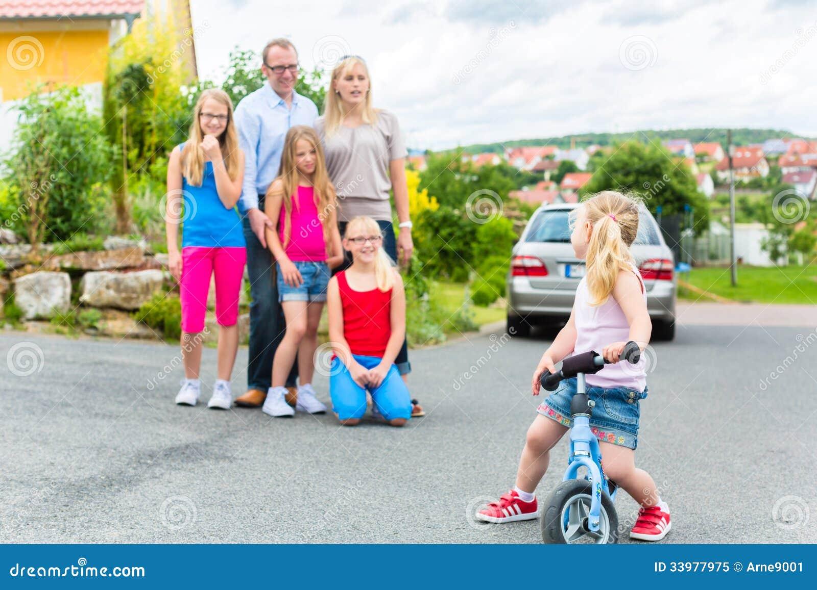 famille heureuse devant leur maison photo libre de droits image 33977975. Black Bedroom Furniture Sets. Home Design Ideas