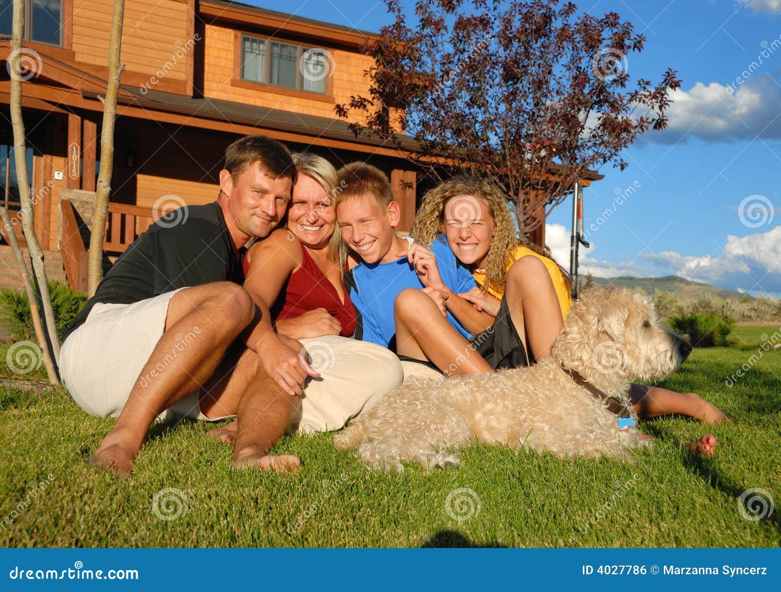 famille heureuse en dehors de maison image libre de droits image 4027786. Black Bedroom Furniture Sets. Home Design Ideas