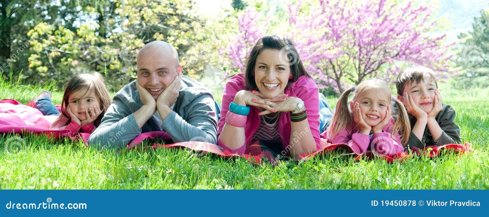Famille heureuse en nature