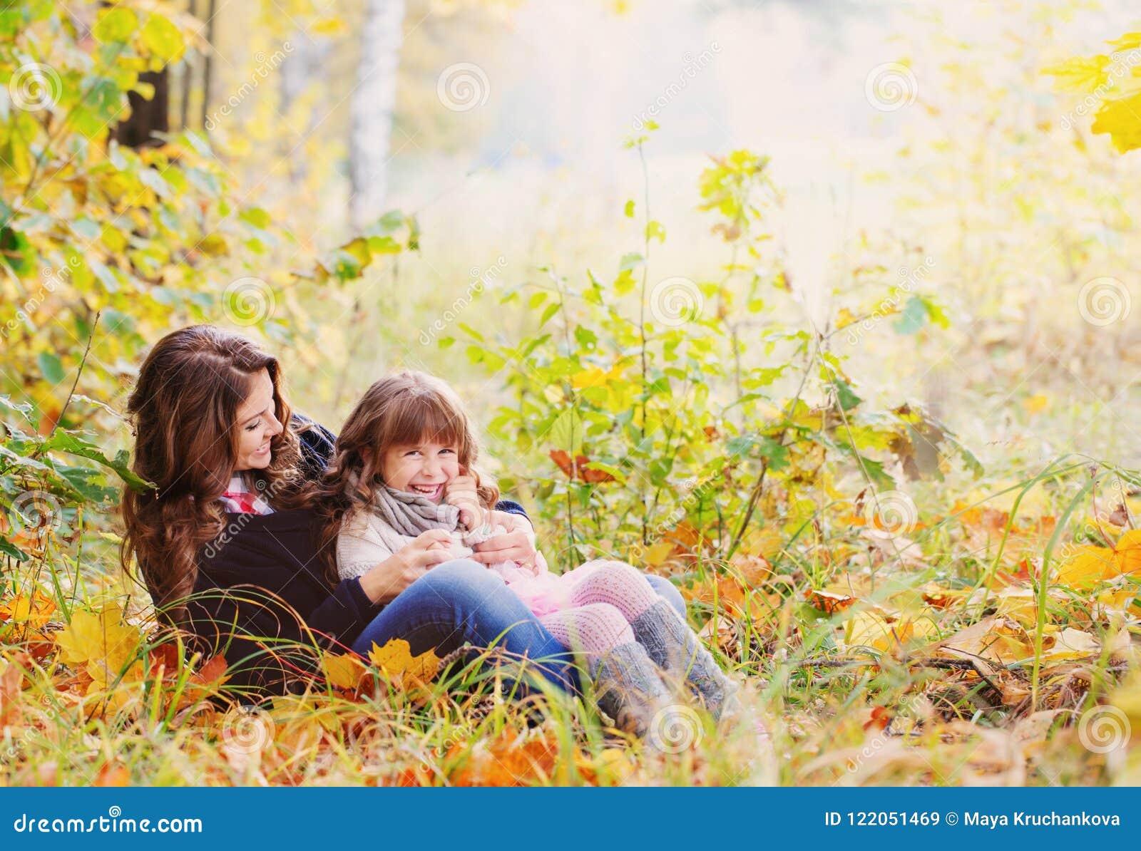 Famille heureuse en stationnement d automne