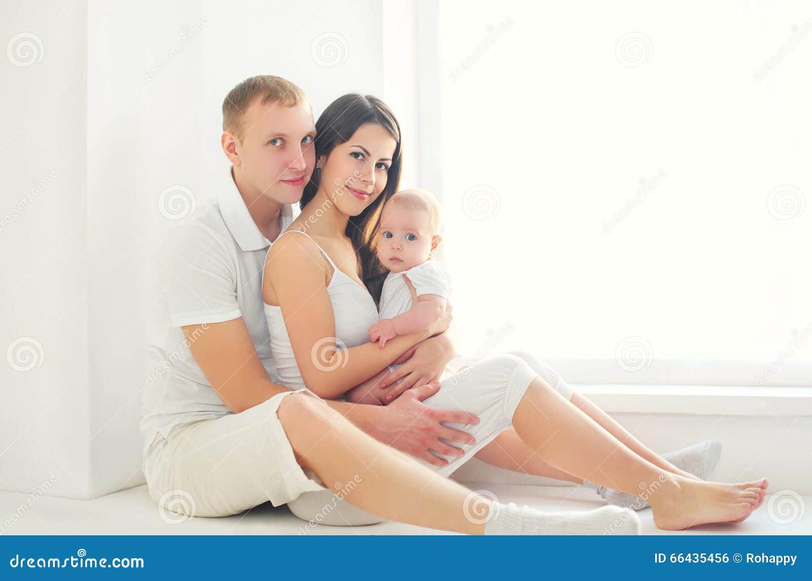Famille heureuse ensemble m re et p re avec la petite for La maison des bebes