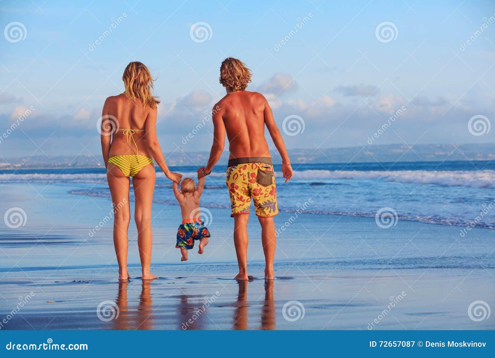 Famille heureuse - père, mère, fils de bébé des vacances de plage de mer