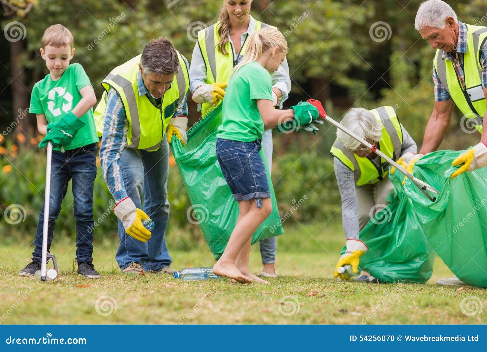 Famille heureuse rassemblant des déchets