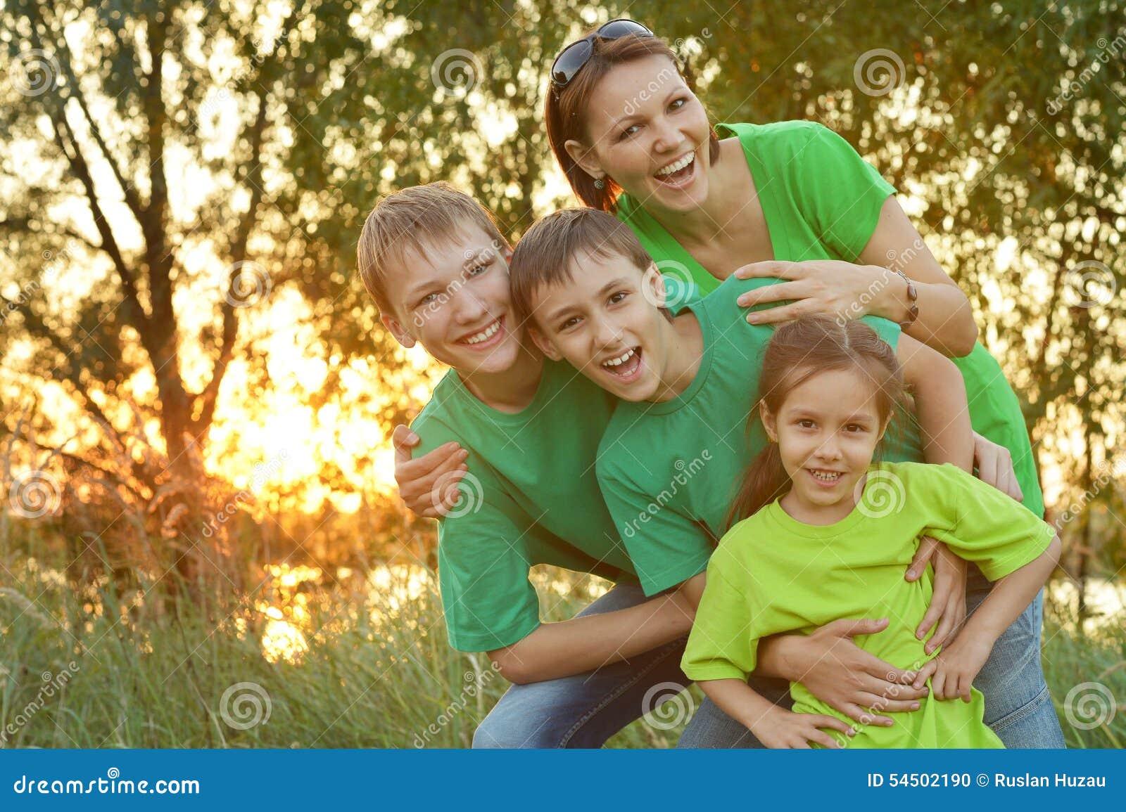 Famille heureuse se reposant en parc
