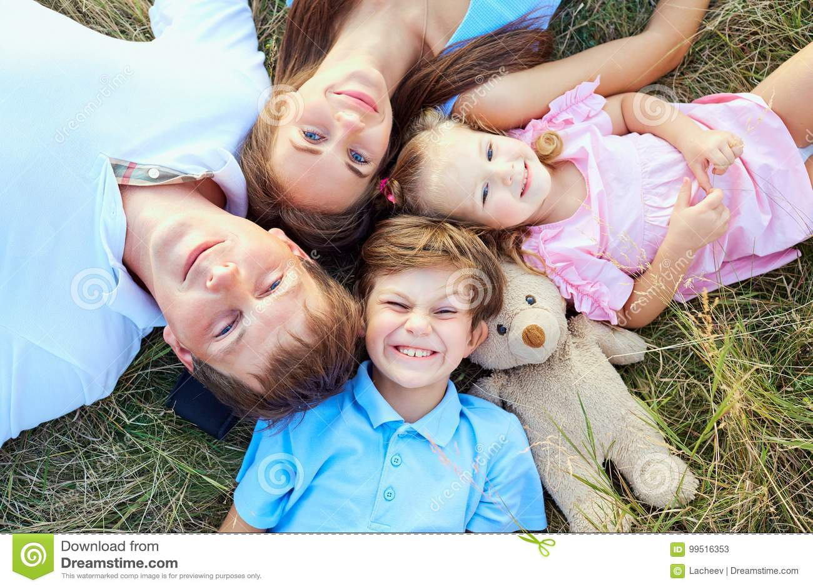 Famille heureuse se trouvant sur la vue en gros plan d herbe d en haut