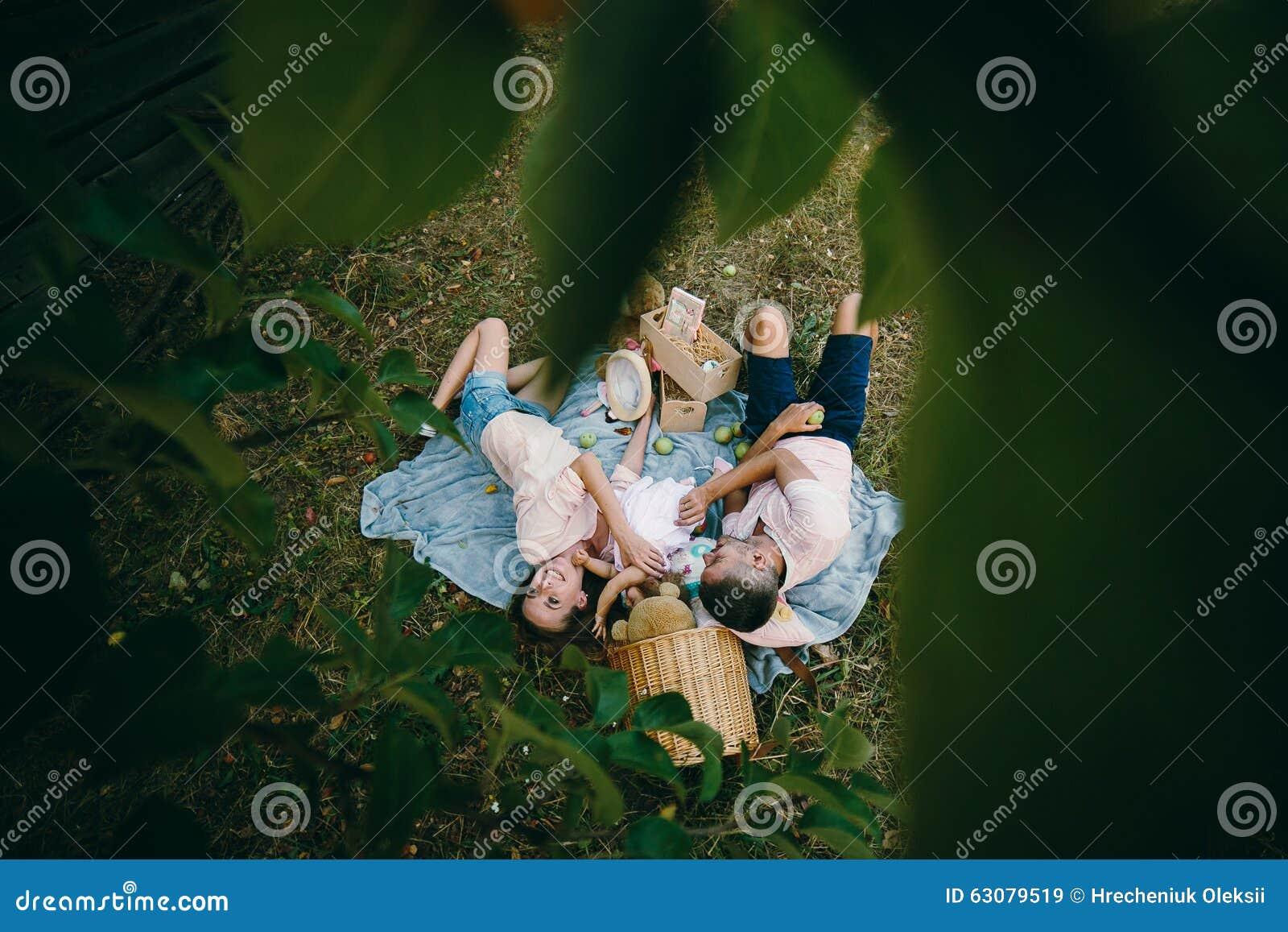 Download Famille Heureuse Sur La Pelouse En Parc Image stock - Image du chéri, embrassez: 63079519