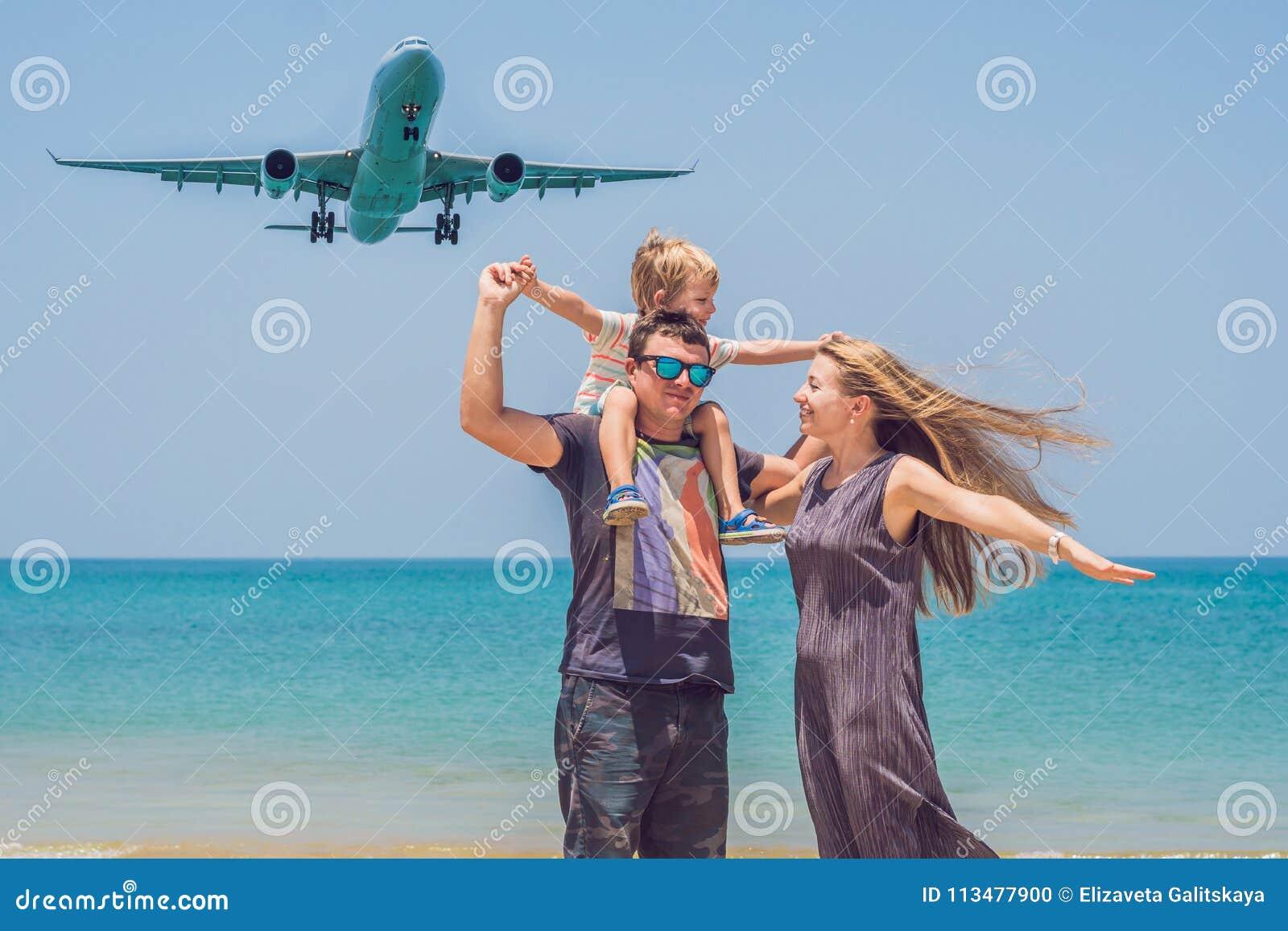 Famille heureuse sur la plage et les avions d atterrissage Déplacement avec c