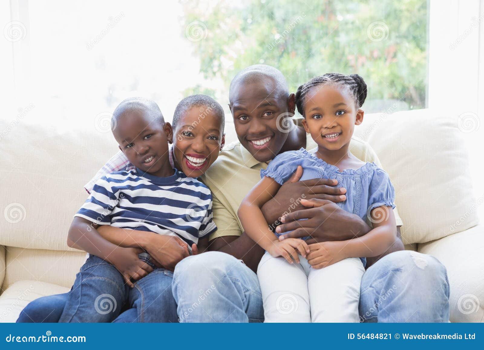 Famille heureuse sur le divan
