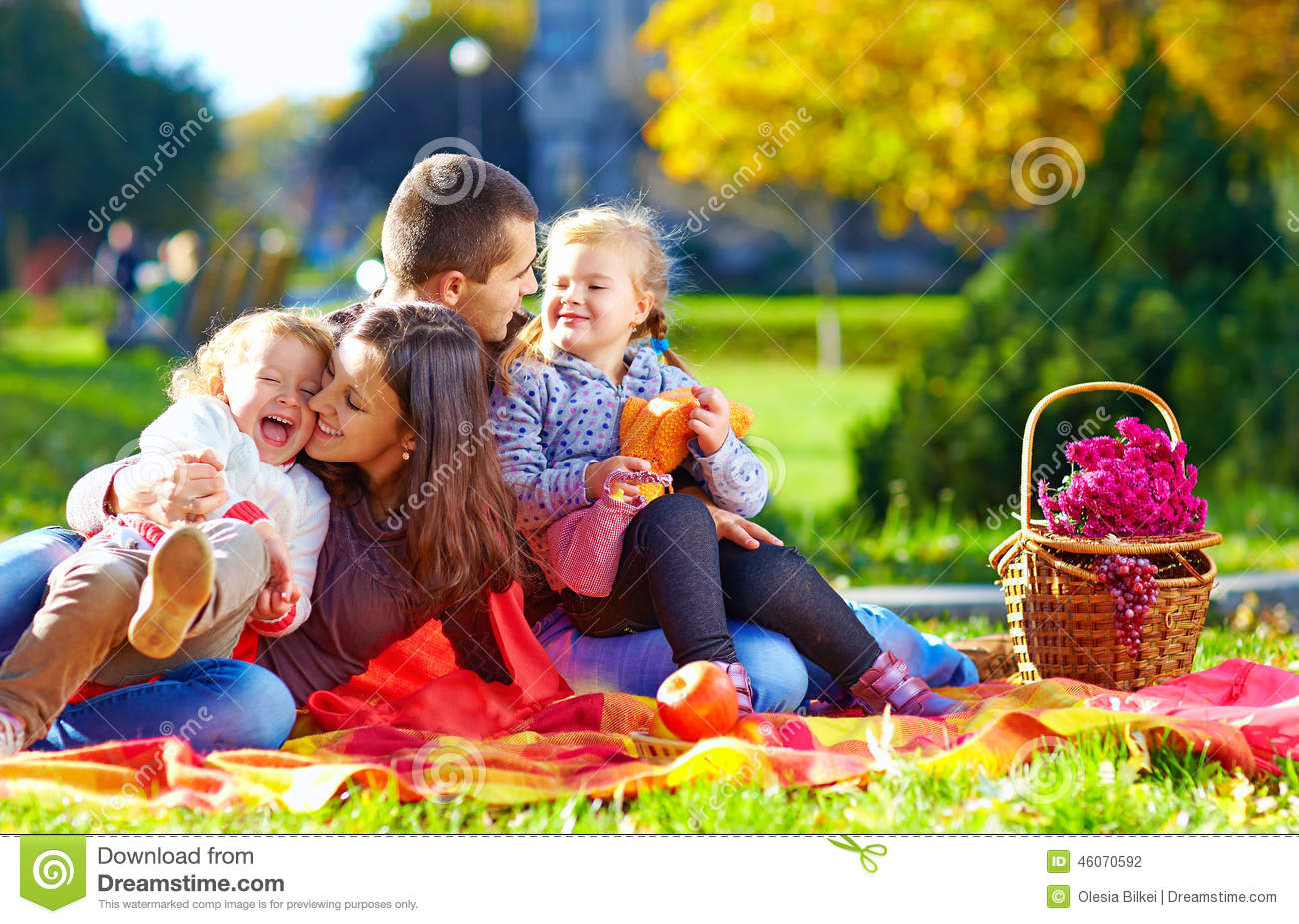 famille heureuse sur le pique nique d 39 automne en parc photo stock image du automne jour 46070592. Black Bedroom Furniture Sets. Home Design Ideas