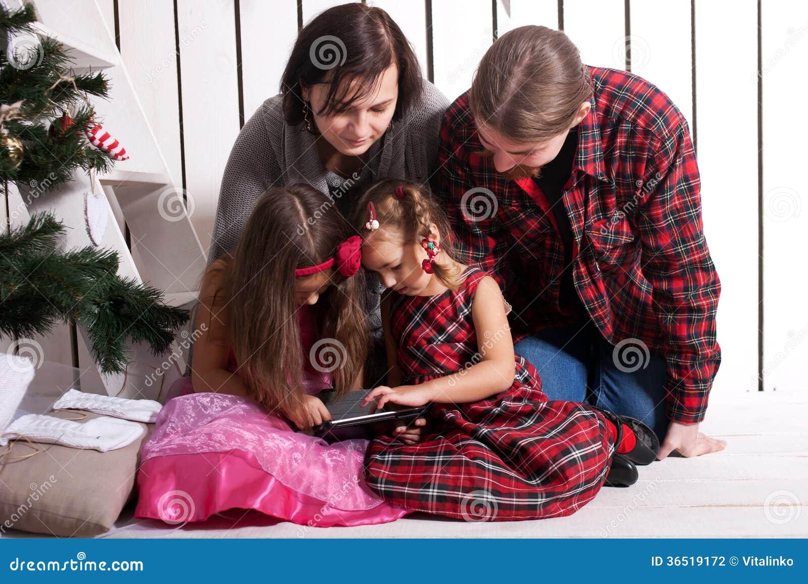 Famille heureuse utilisant le comprimé.