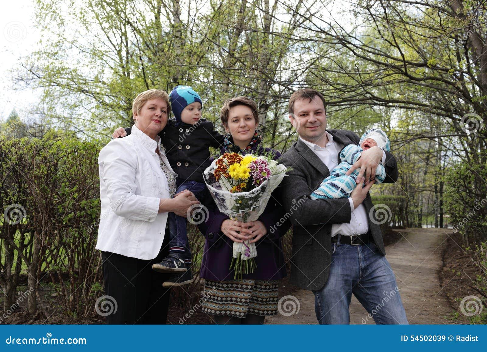 Famille heureux avec la chéri nouveau-née