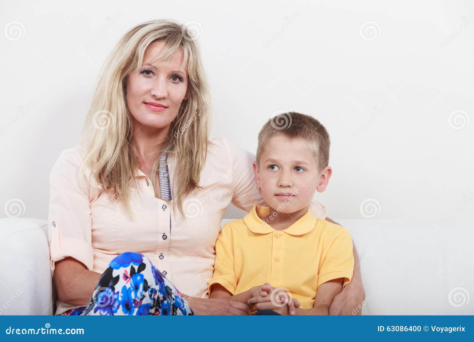 Download Famille Heureux Mère Et Enfant Sur Le Sofa à La Maison Photo stock - Image du sofa, verticale: 63086400