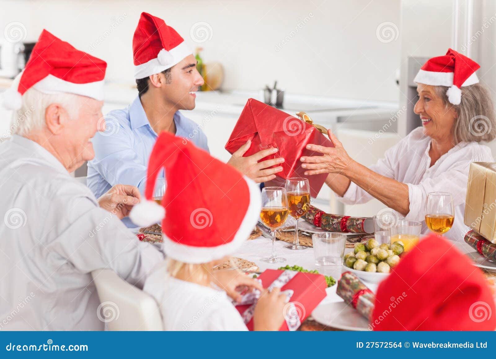 Famille heureux permutant des cadeaux de Noël