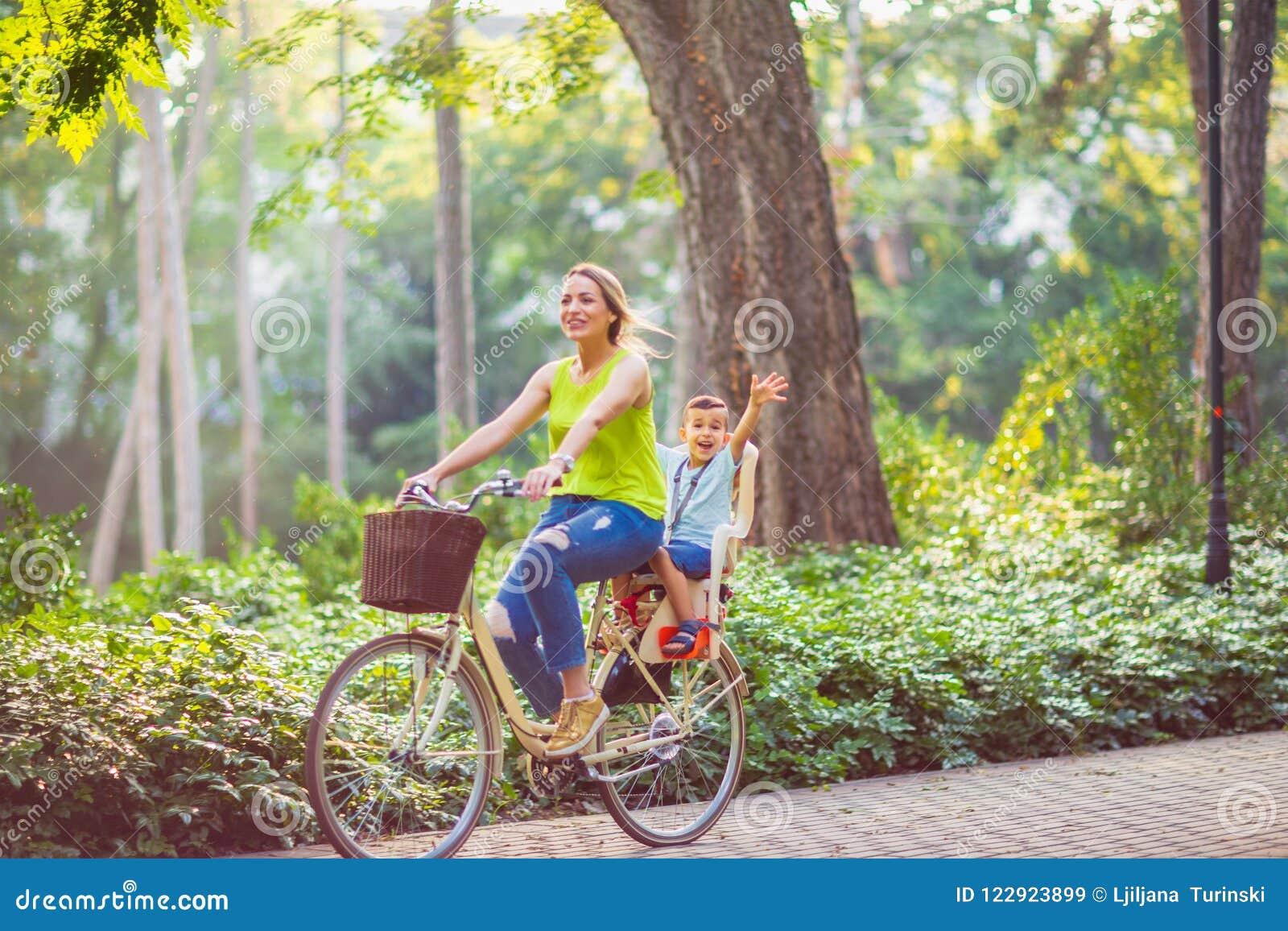 Famille heureux Sport de famille et mère et fils en bonne santé de mode de vie