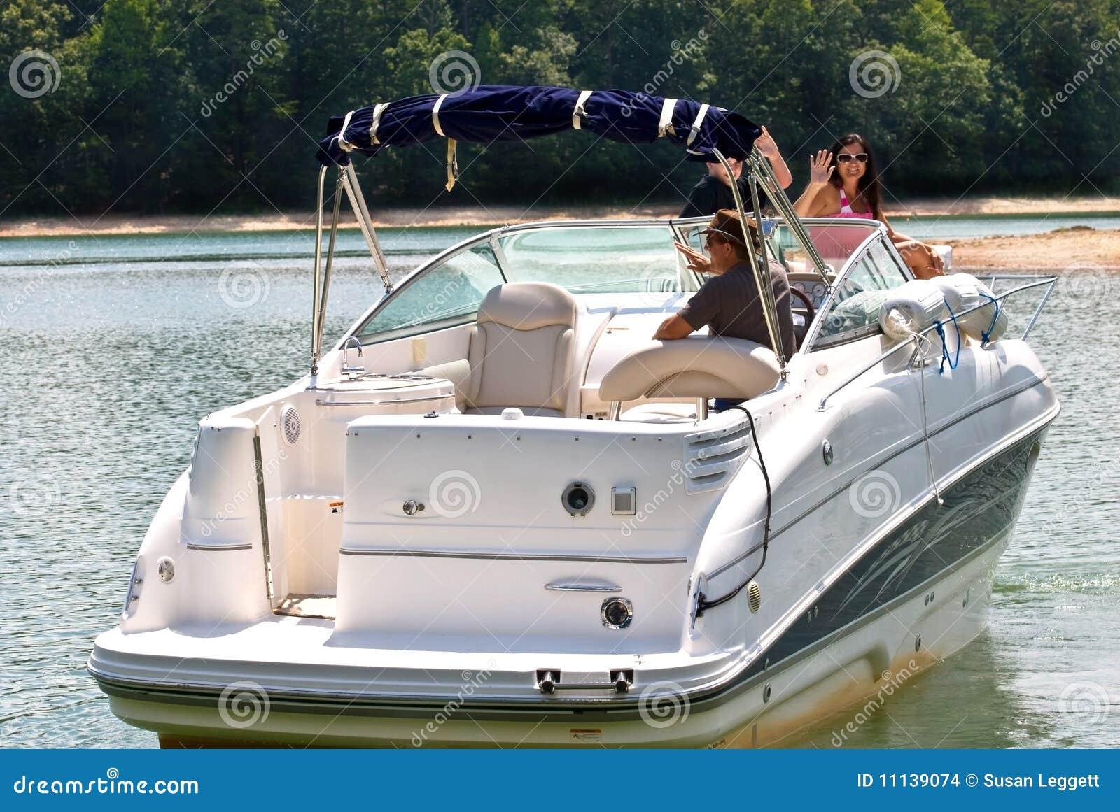 Famille heureux sur le grand bateau