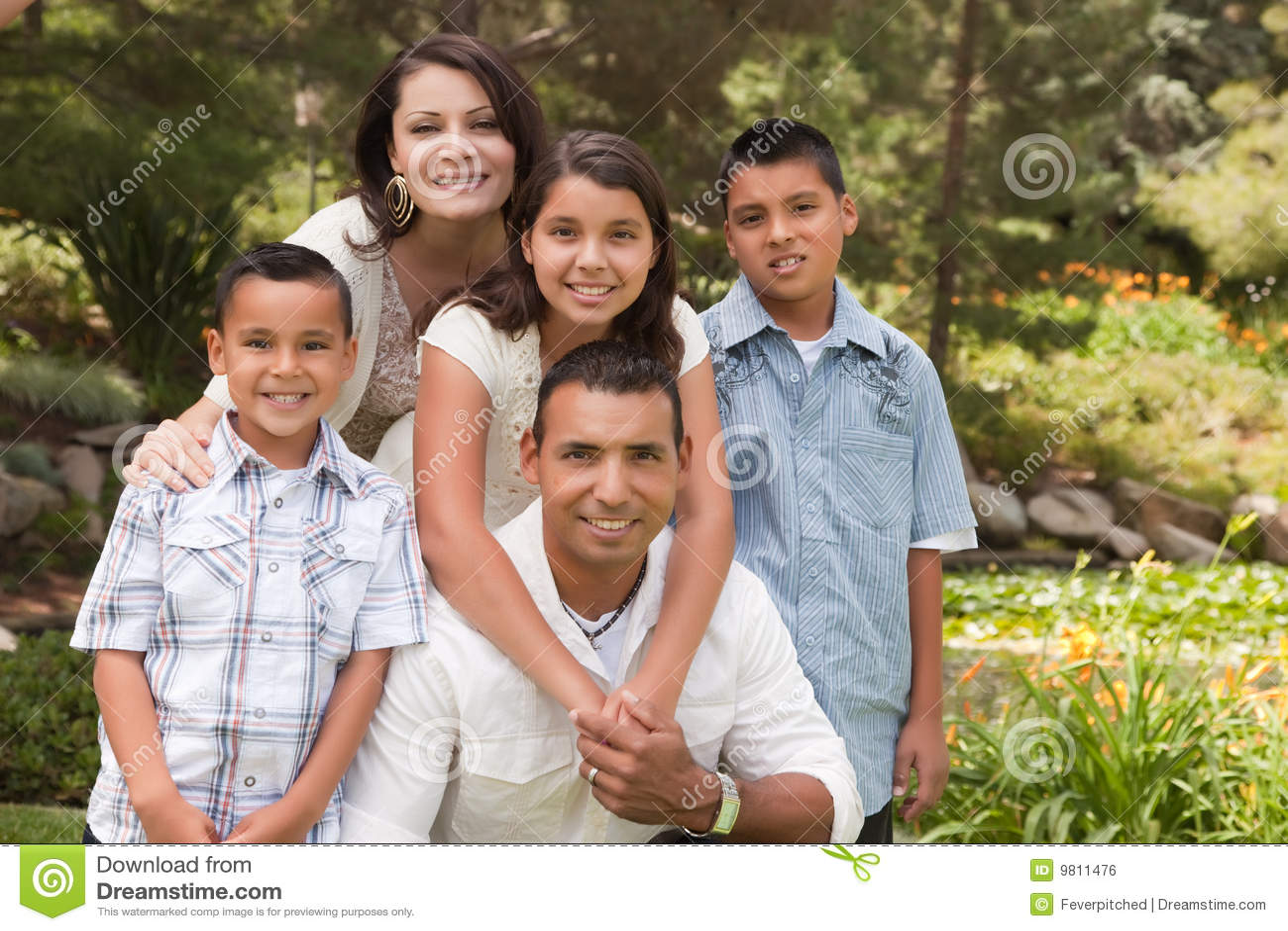 Famille hispanique heureux en stationnement