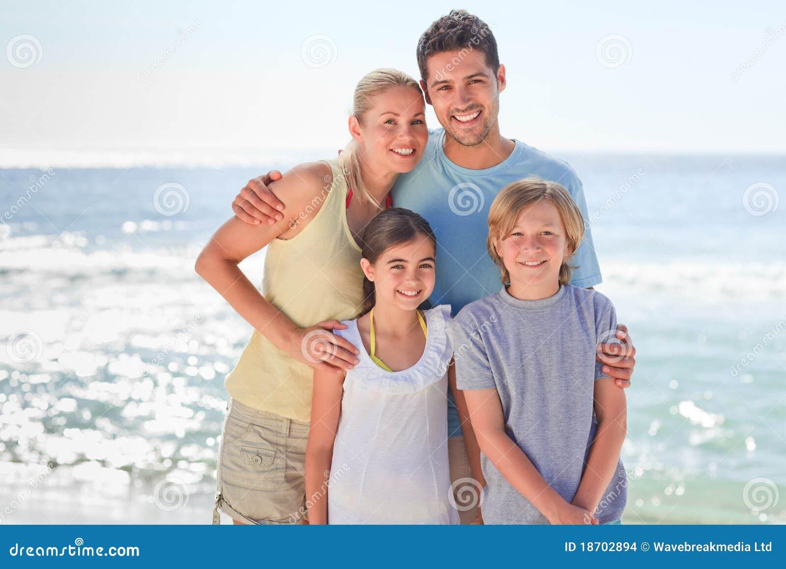 Famille joyeux à la plage